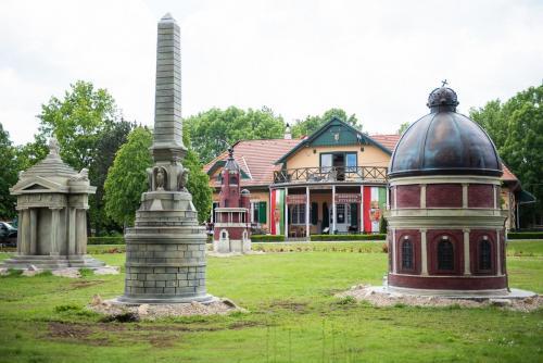 Virágút és szoborkert